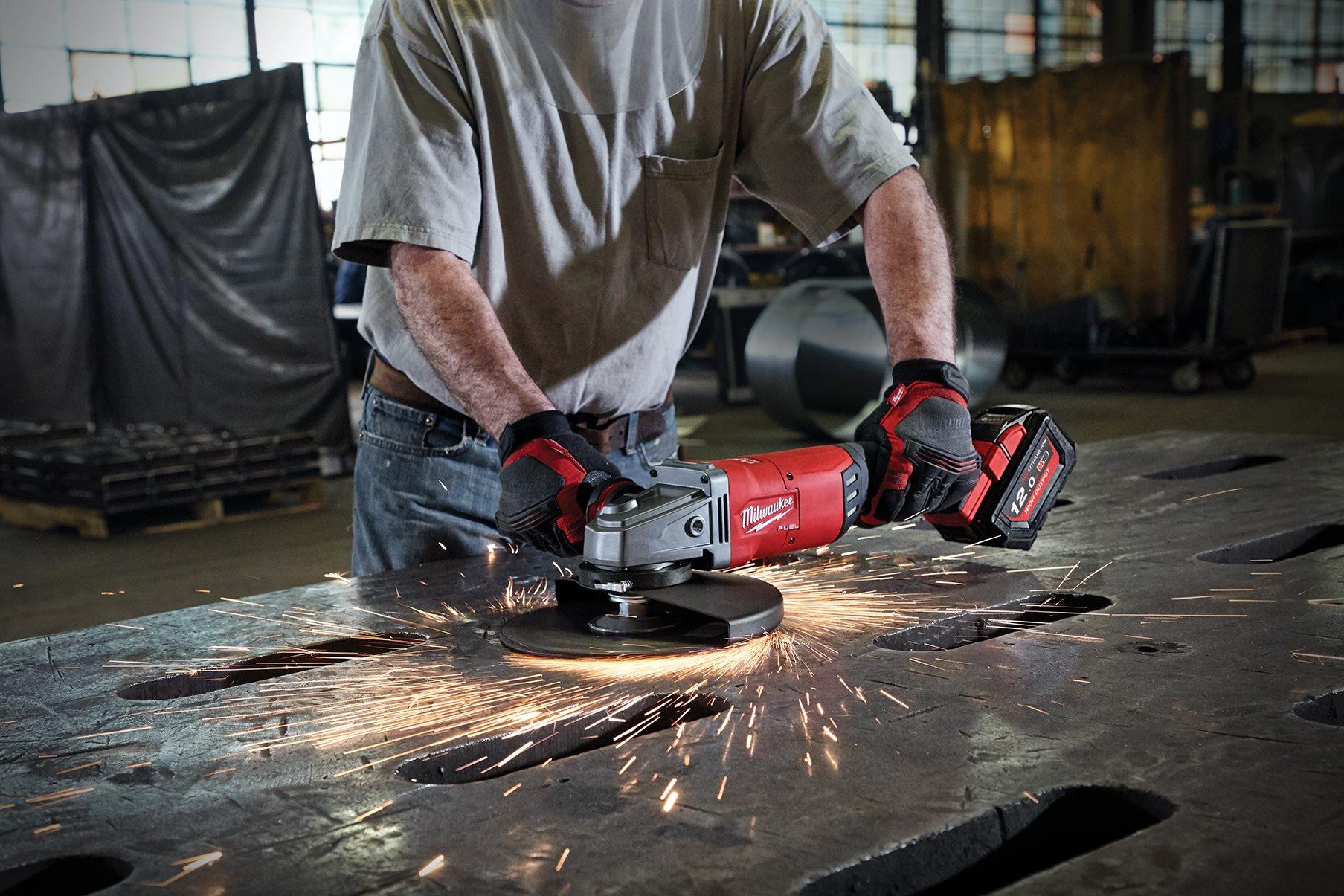 Kraftvoller Zweihand-Winkelschleifer mit 230 mm Scheibe von Milwaukee