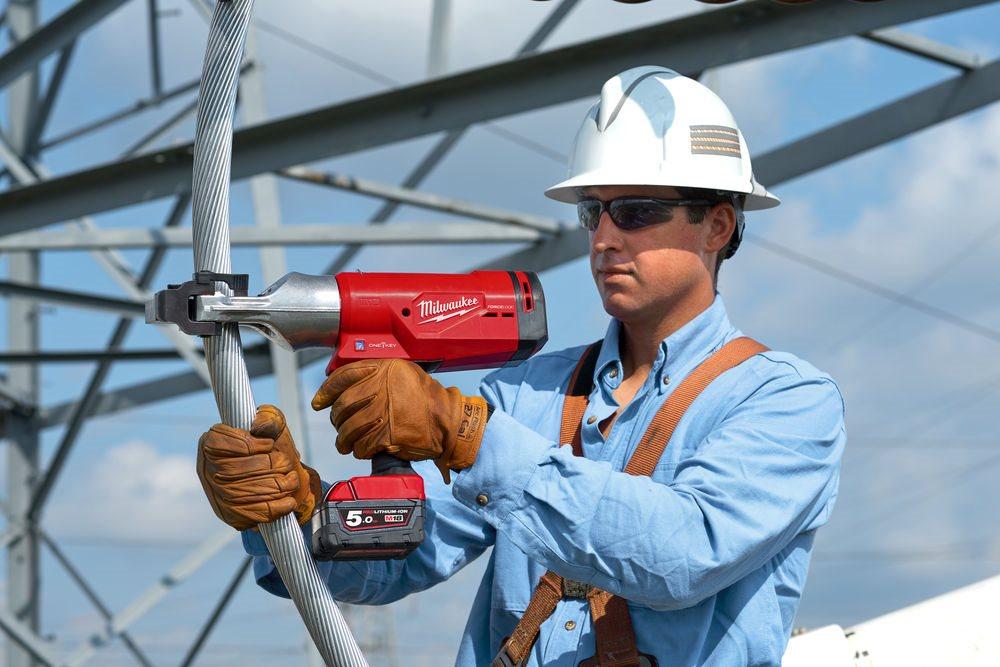 Milwaukee® dostarcza pierwszy jednoręczny obcinak do kabli dla linii napowietrznych